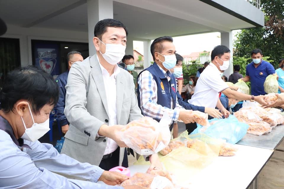 นายกเทศมนตรีเมืองนครพนม ร่วมแจกจ่ายไก่ปรุงสำเร็จ