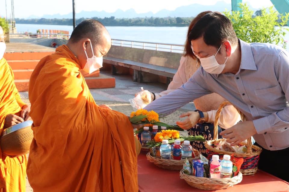 นายกเทศมนตรีเมืองนครพนม จัดกิจกรรมตักบาตรเนื่องในวันพระ แรม 15 ค่ำเดือนแปด