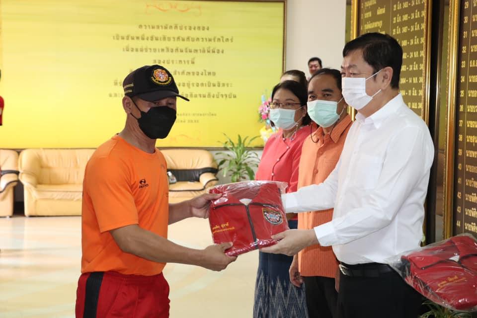 นายกเทศมนตรีเมืองนครพนม มอบชุดปฏิบัติงานแก่เจ้าหน้าที่งานป้องกันฯ